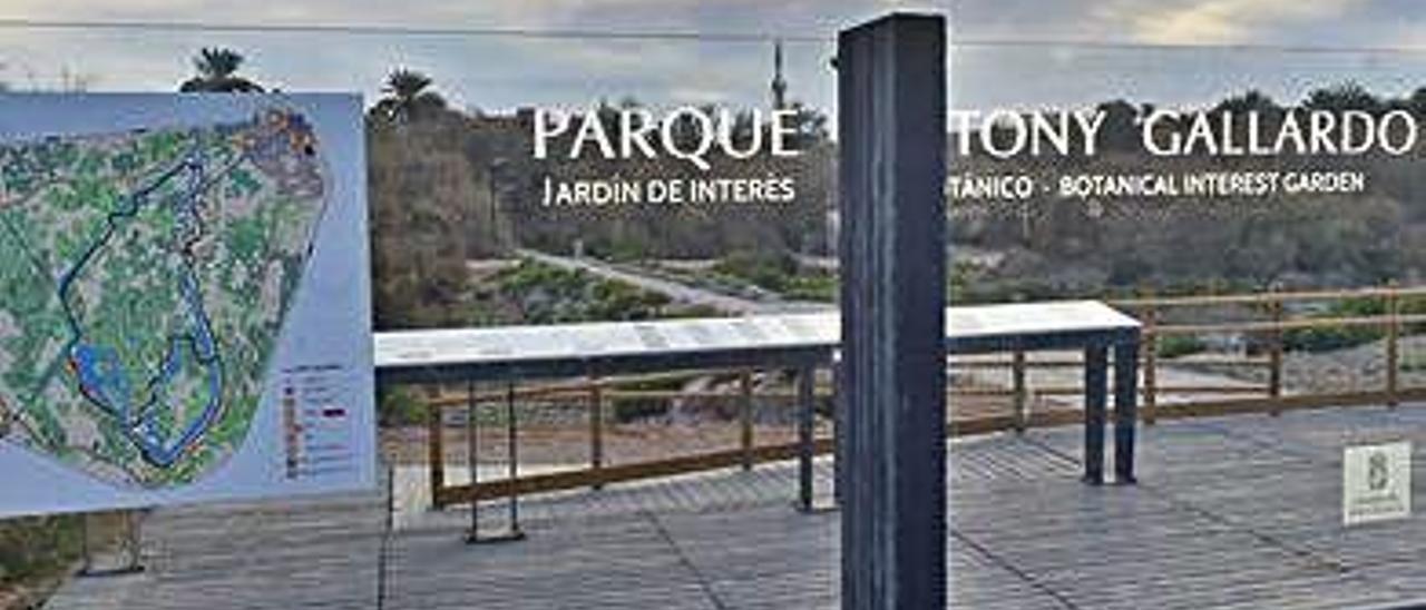 Terraza y señalética del parque.