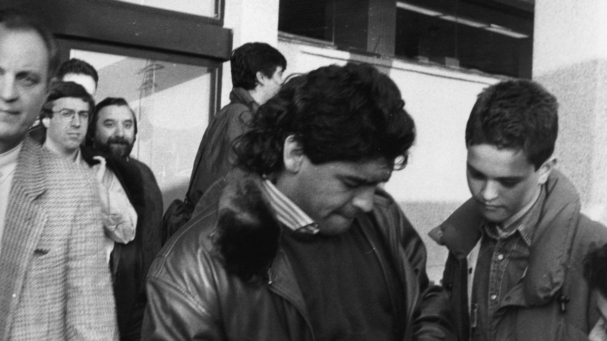 En la muerte de Maradona: imágenes del astro argentino en Asturias