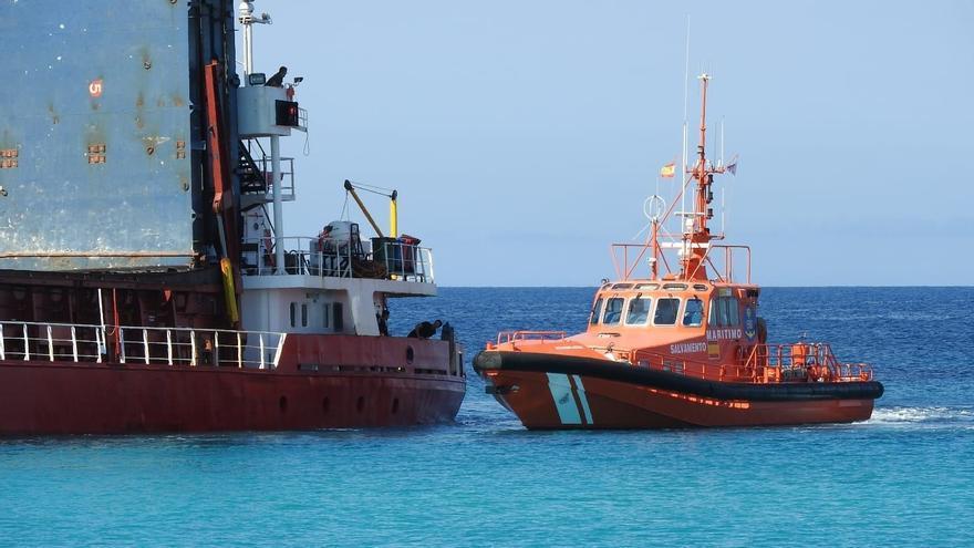 Un buque mercante cargado con pulpa de madera y de arcilla encalla en una playa de Formentera