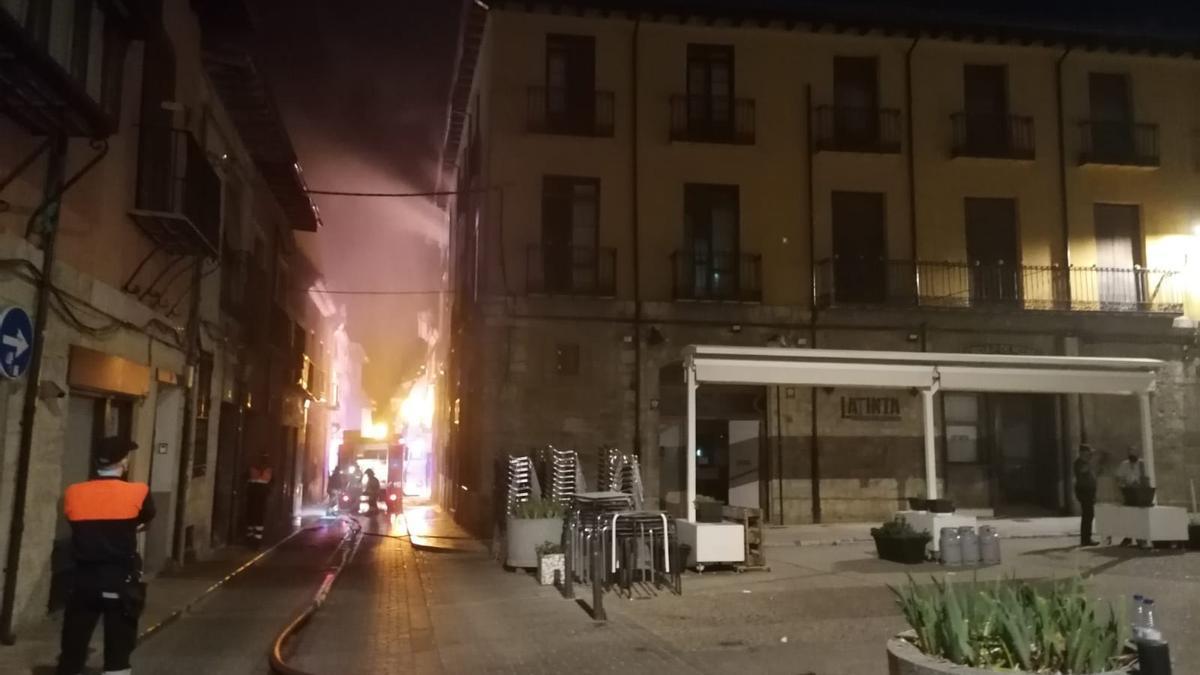 Los bomberos sofocan un incendio en el Casino de Toro