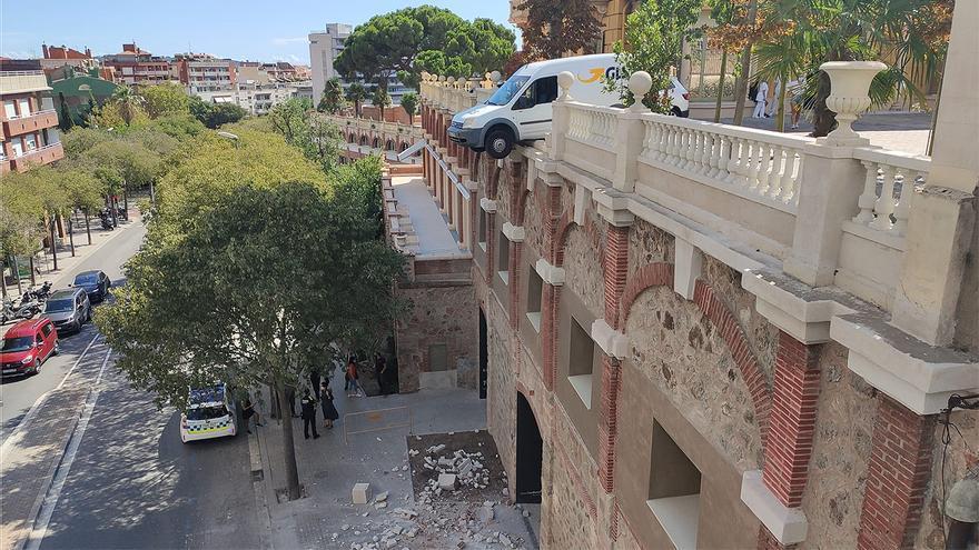 Un coche se queda colgado a dos pisos del suelo en una calle de Barcelona