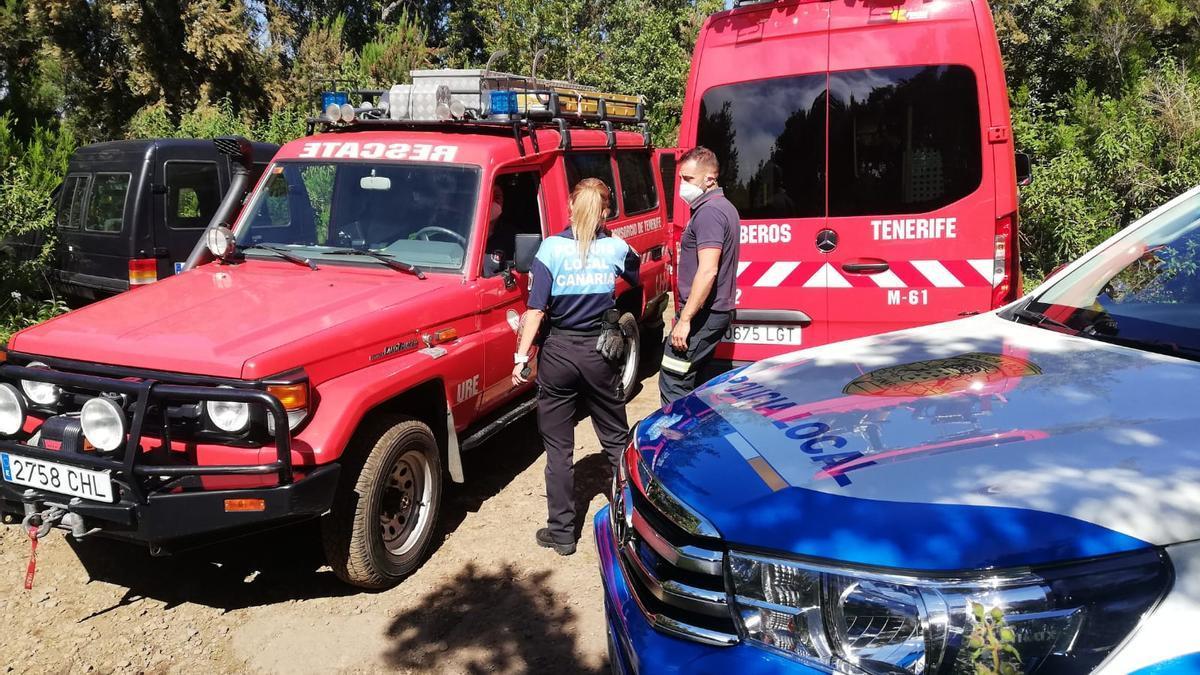 Agentes de policía y efectivos de bomberos colaboran en un rescate.