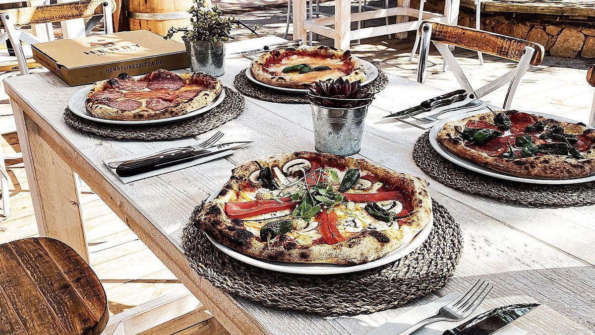 Auf der Karte stehen 16 Pizza-Varianten mit knusprigem Rand und dünnem Boden - wie in Neapel.