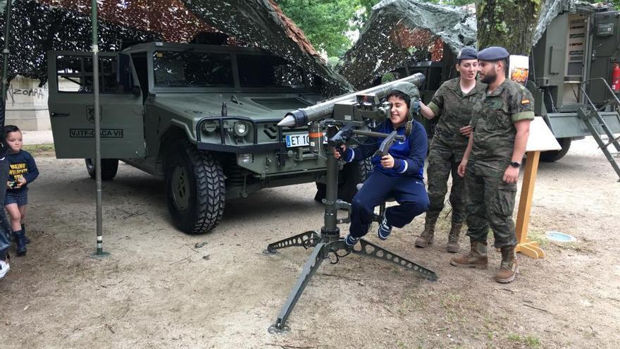 La Brilat se da a conocer entre los pontevedreses en el Día de las Fuerzas Armadas