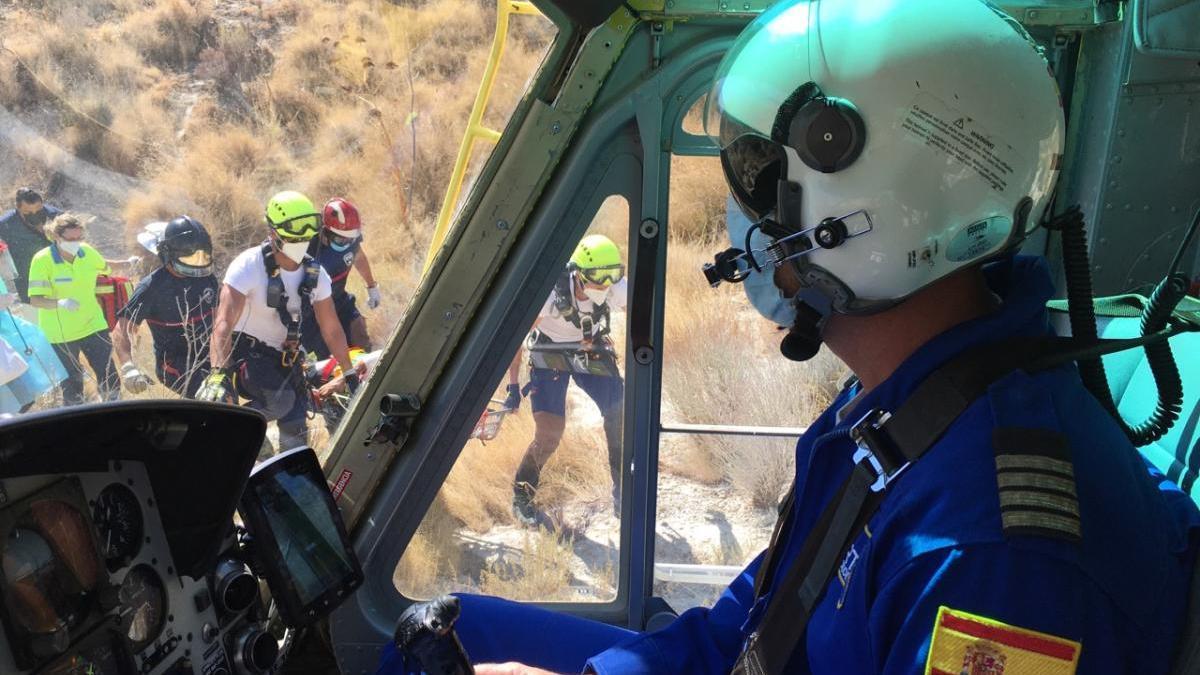 Intenta rescatar a un perro y cae por un terraplén de 20 metros en Albudeite