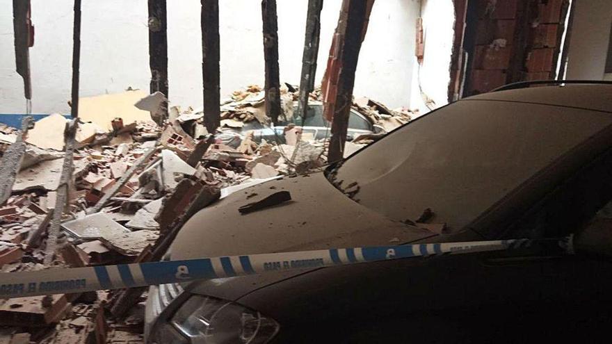 Se desprende una terraza en Moreda y destroza dos coches