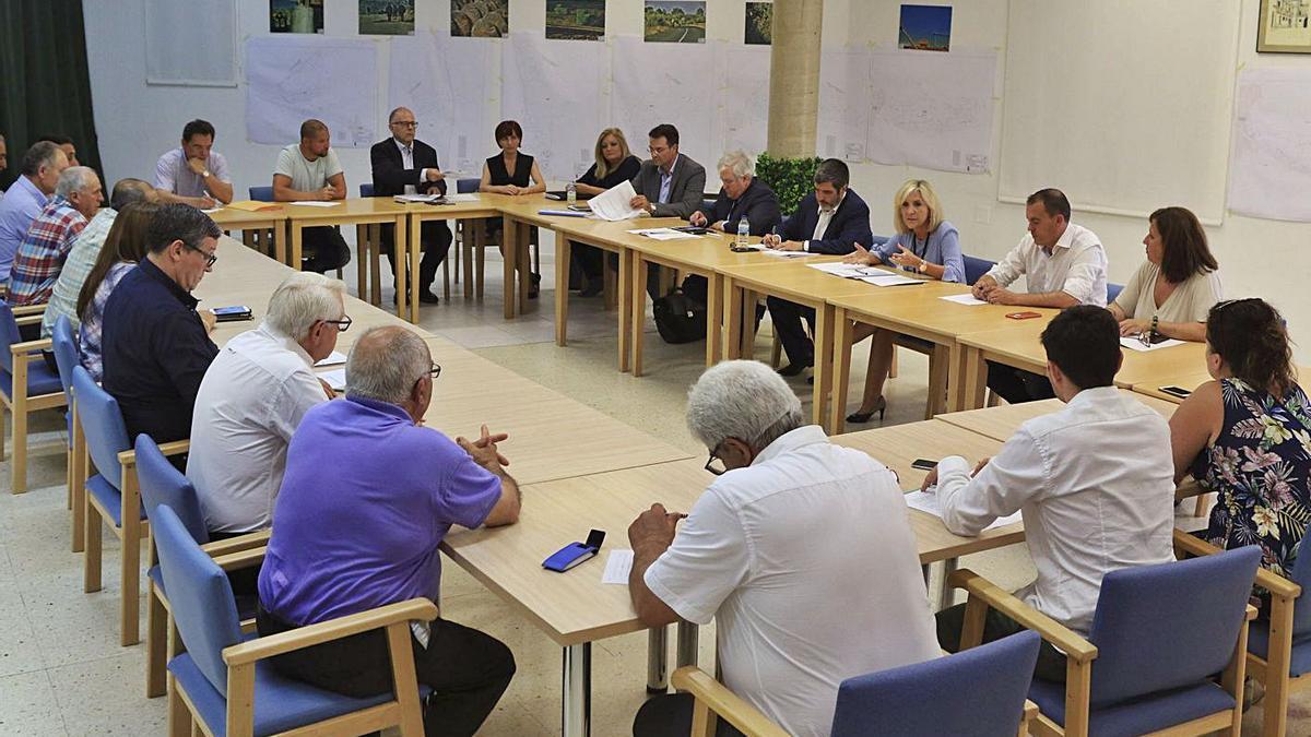 La consejera de Sanidad durante una reunión con los alcaldes de Aliste en el año 2019. | LOZ