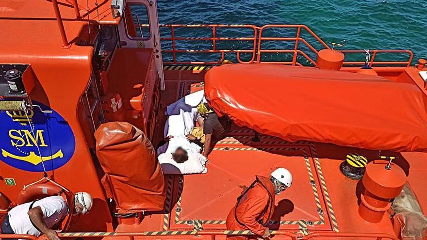 """La """"Salvamar Mirach"""" evacúa a una mujer después de una caída en la Illa de Ons"""