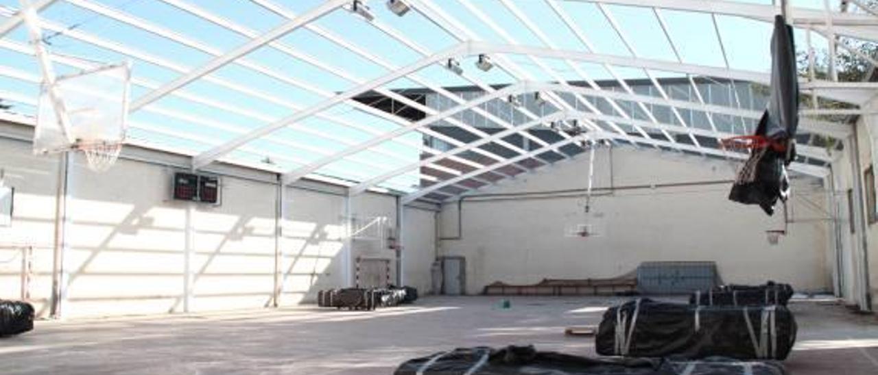 Alaquàs quita el tejado de amianto del antiguo pabellón