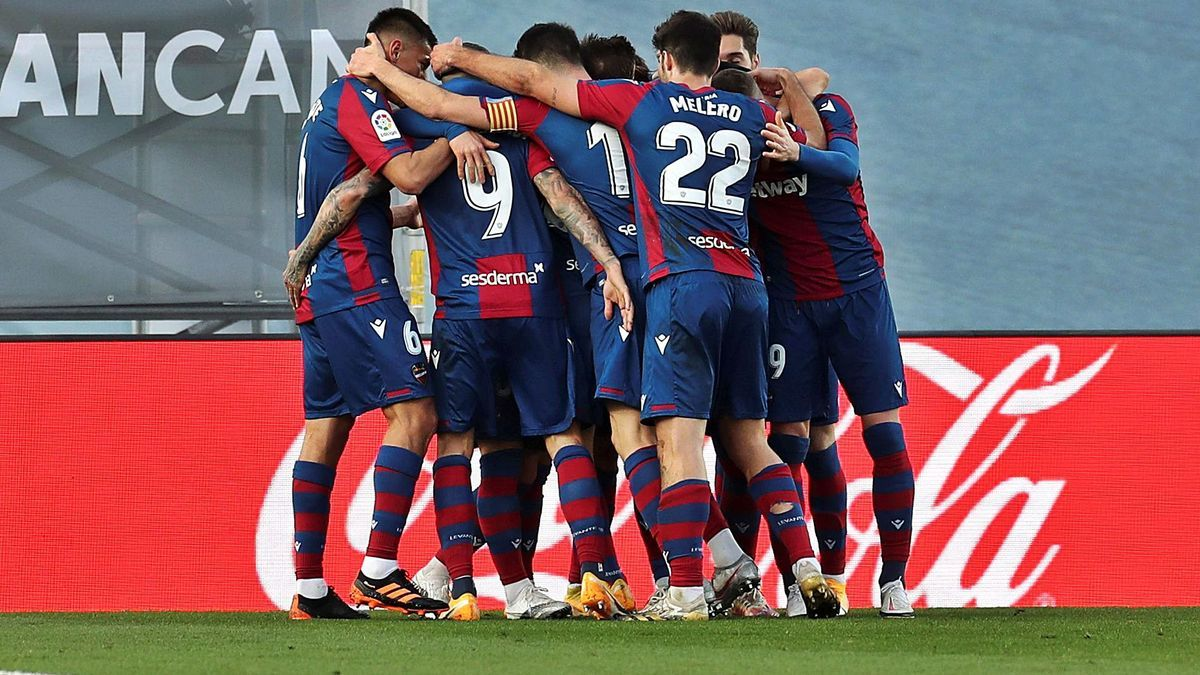 Los jugadores del Levante UD celebran el gol de la victoria frente al Real Madrid. | EFE/KIKO HUESCA