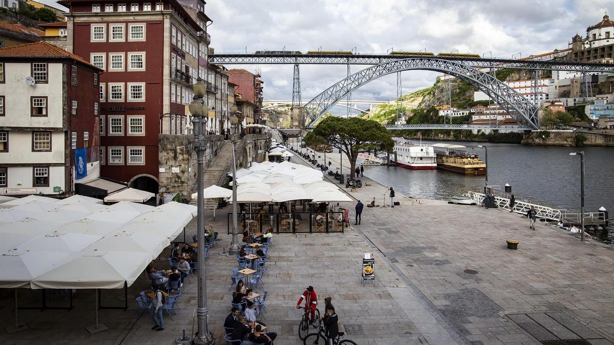 Terrazas a la orilla del Duero en Oporto.