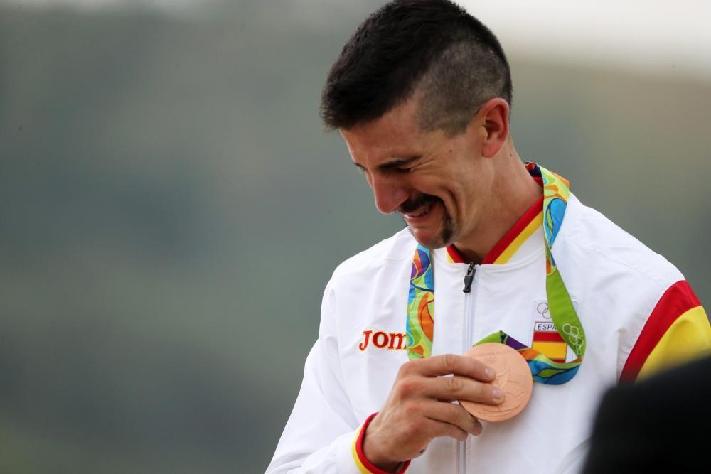 Carlos Coloma Nicolás se muestra emotivo al ganar el bronce de ciclismo de montaña.