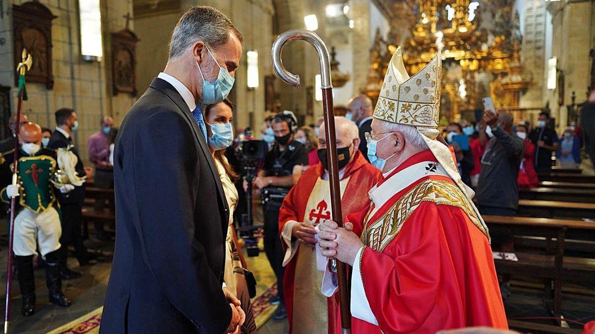 Los reyes saludan al arzobispo de Santiago.