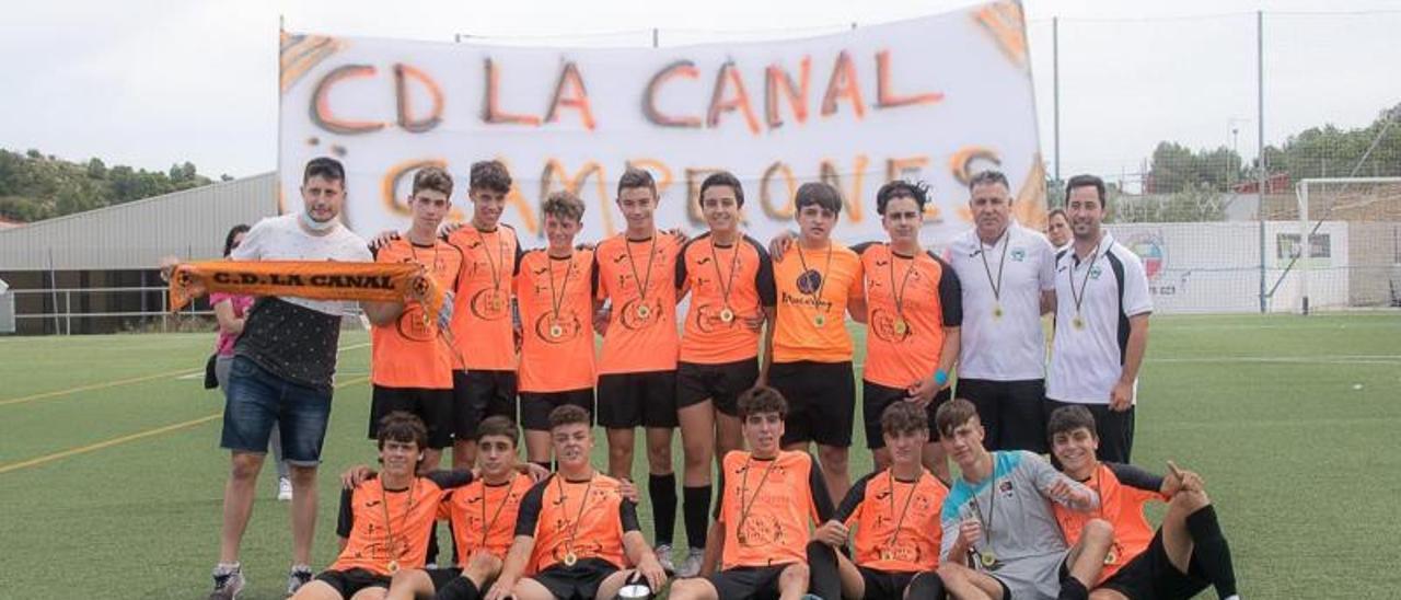 Jugadores y técnicos del Cadete del CD La Canal. | MÓNICA PARDO