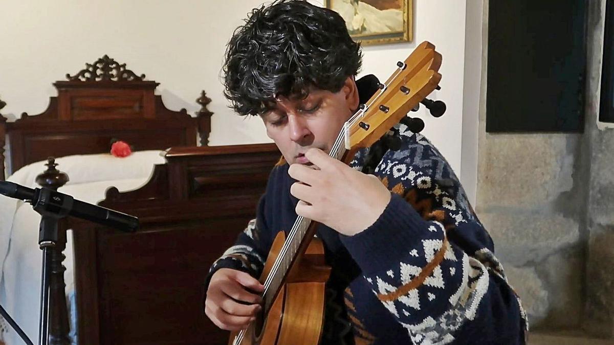 Samuel Diz coa réplica da guitarra de Lorca, na Casa de Rosalía, onde gravou a Chas.     // L.O.