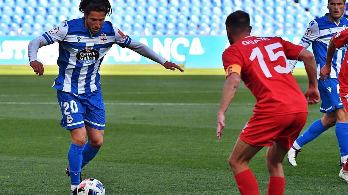 Keko Gontán, contra el Marino de Luanco en Riazor. |  // VÍCTOR ECHAVE