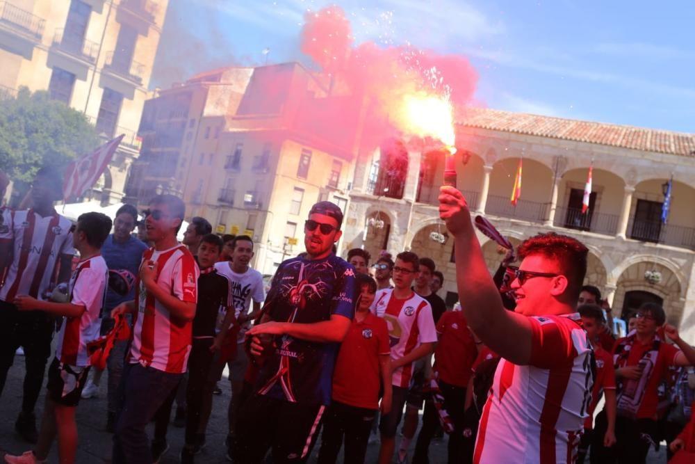 Espectacular ambiente previo al partido de play off Zamora CF - El Haro Deportivo