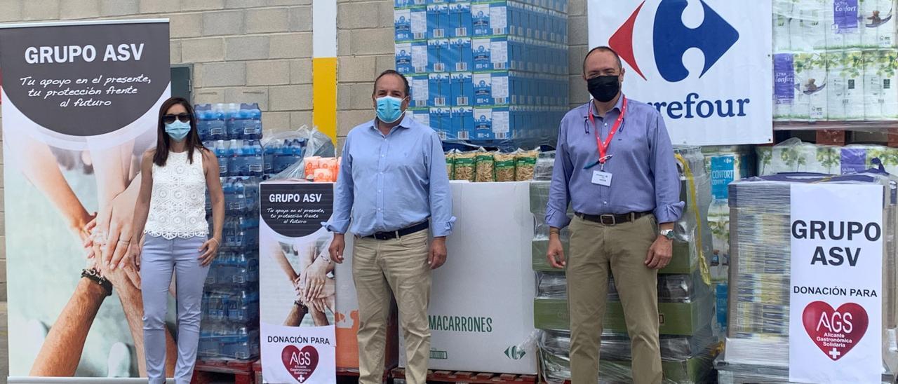 Un momento de la donación de alimentos a Alicante Gastronómica Solidaria