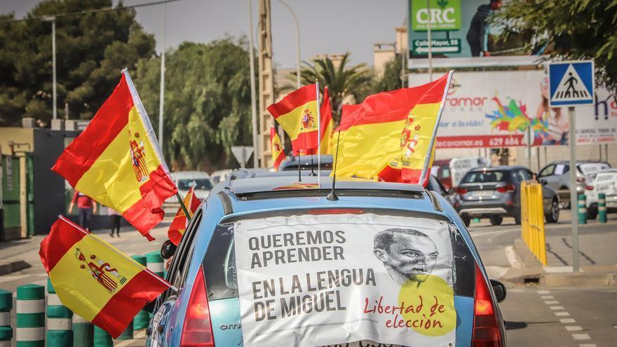 Una caravana de 400 vehículos clama en la Vega Baja contra la «imposición» del valenciano