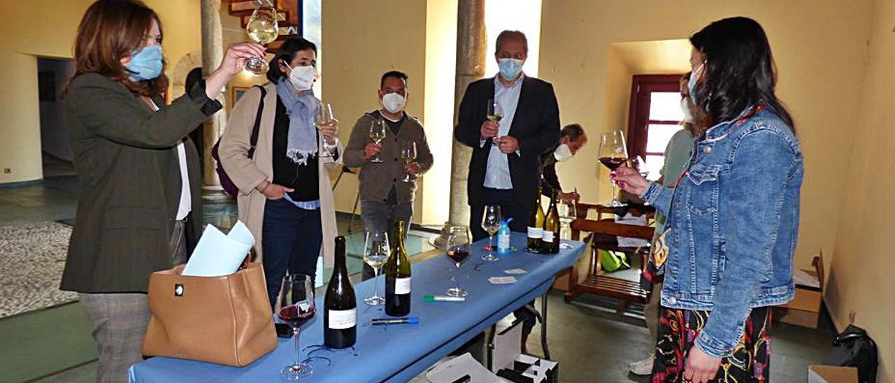 Por la izquierda, la directora de Desarrollo Rural, Begoña López; María Fernández, investigadora del IPLA; José María Martínez, presidente de la DOP Vino de Cangas; Juan Majada, director de CETEMAS, y Alicia Fernández, técnica de la DOP, ayer, en la cata de vinos.   D. Á.