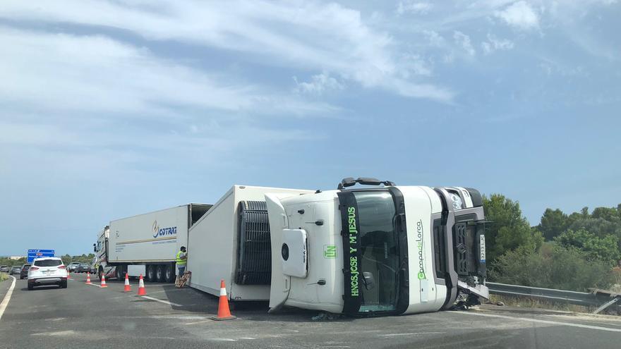 Reabierto un carril de la AP-7 entre Benicarló y Peñíscola tras el vuelco de un camión