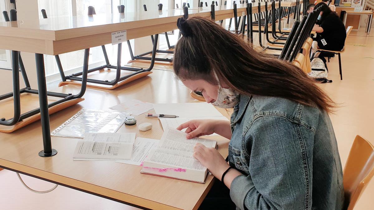 Una alumna realizando la prueba de la ABAU en Vigo. // Marta G. Brea