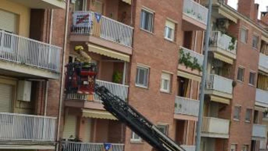 Rescaten pel balcó una dona en un pis a Berga