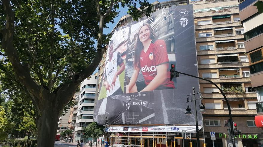Así viste la lona del Valencia CF en la Gran Vía de Valencia