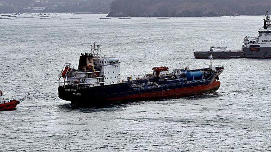 El 'Blue Star' llega al puerto exterior de Ferrol tras 18 días encallado en Ares