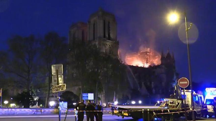 Els bombers confirmen que l'estructura de Notre-Dame està «salvada»
