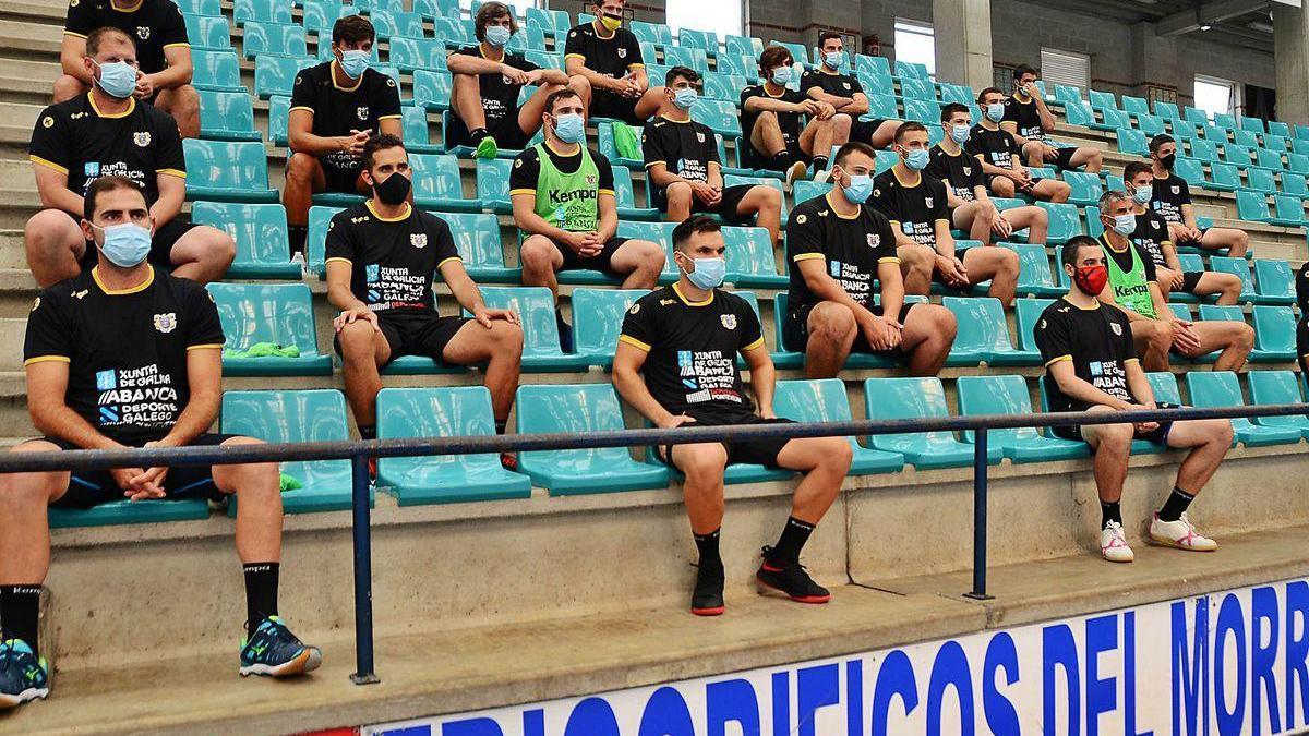 Los jugadores del Frigoríficos del Morrazo en la charla previa a su primer entrenamiento en O Gatañal.