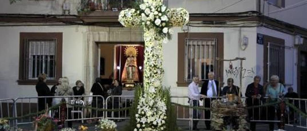 En la calle ya se puede ver alguna de las cruces de mayo de 2015. Por ejemplo, ésta, de la falla Olivereta-Cerdá y Rico, en la calle Quart.