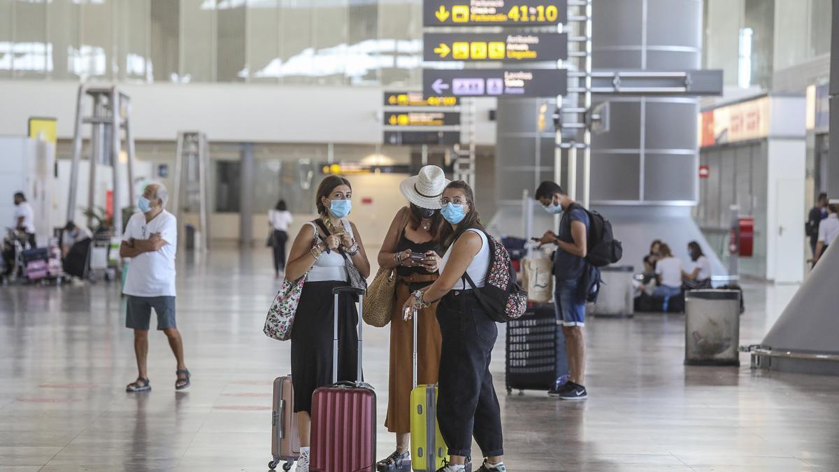 Fotografía de archivo del aeropuerto de Alicante-Elche en el verano de 2020.
