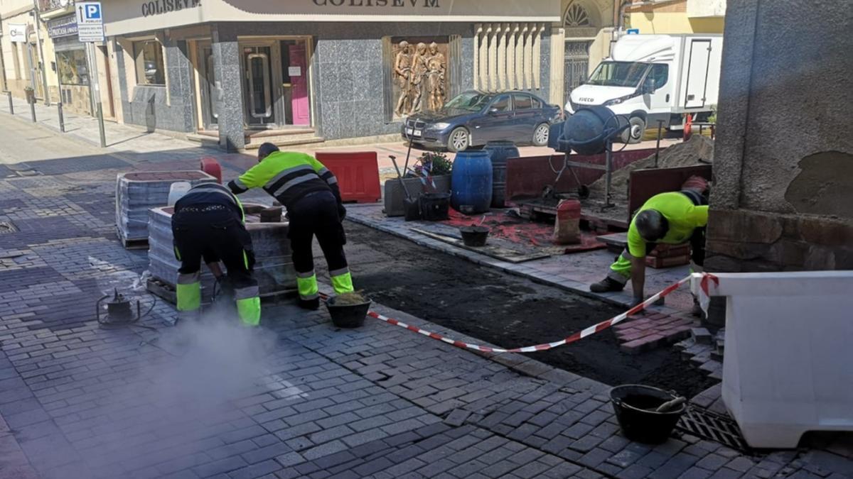 Obras en la calle Santa Rosa de Benavente. / E. P.