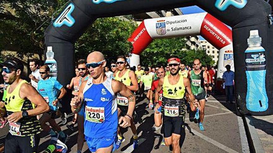 Asier Cuéllar (220) tomando la salida en la Carrera de los Veterinarios.
