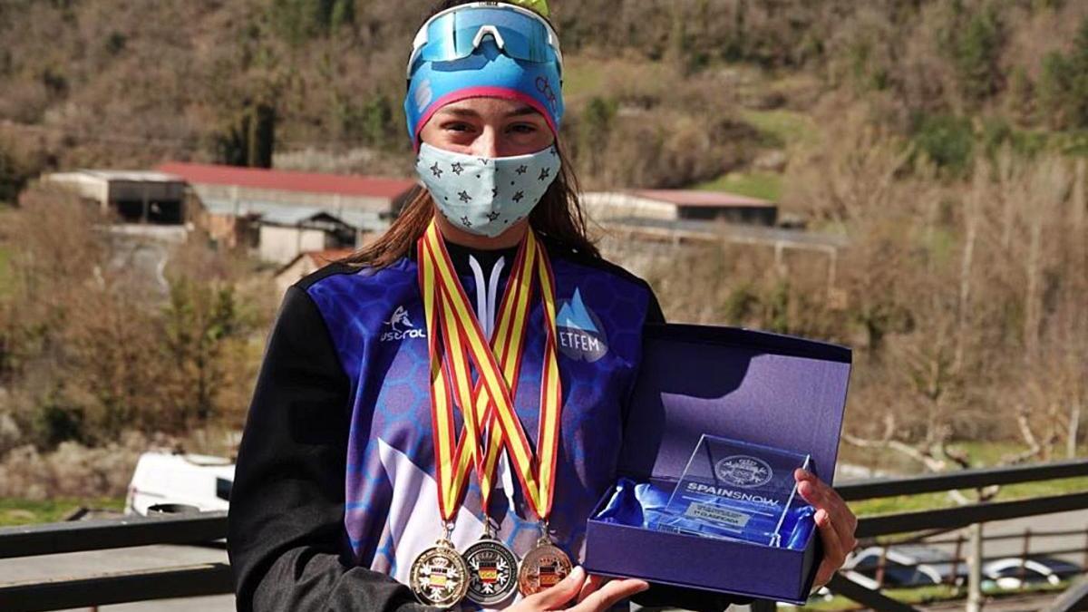 L'esquiadora manresana Berta Guitart mostra les medalles i el trofeu del campionat d'Espanya