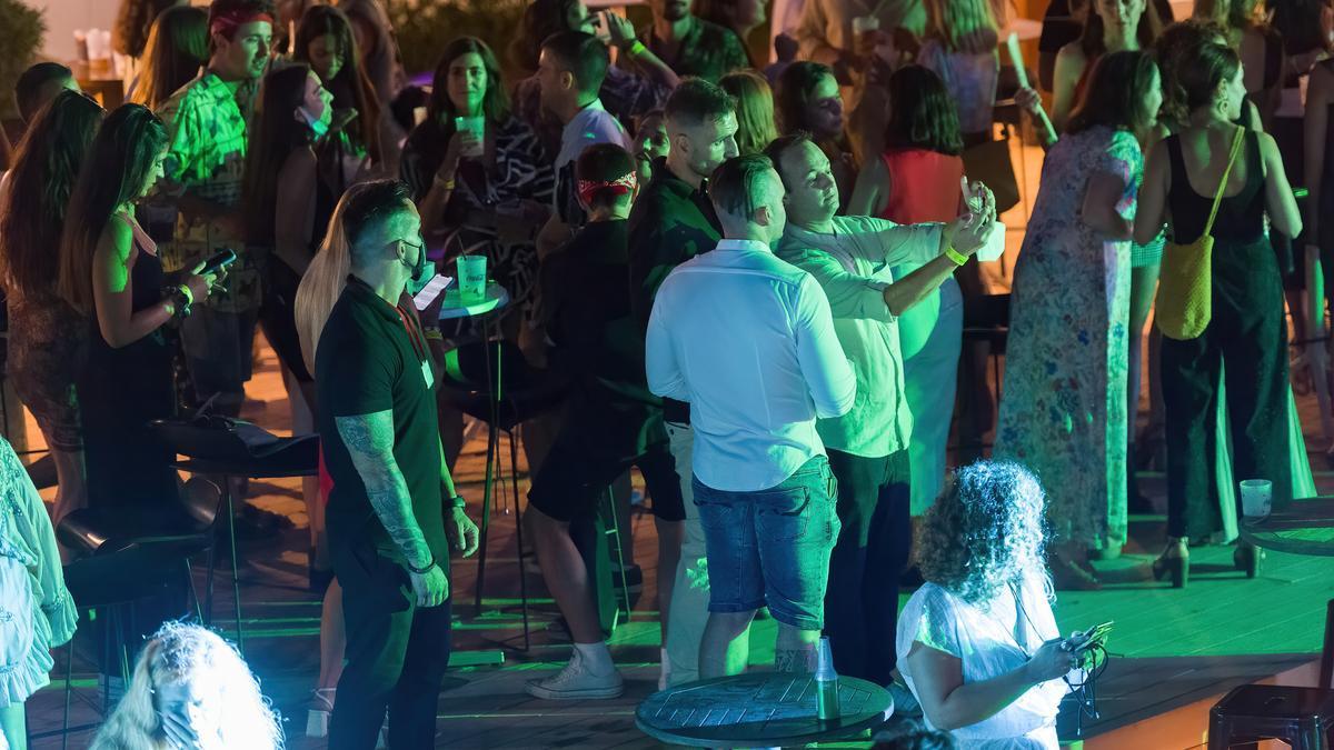 Gente disfruta en una discoteca.