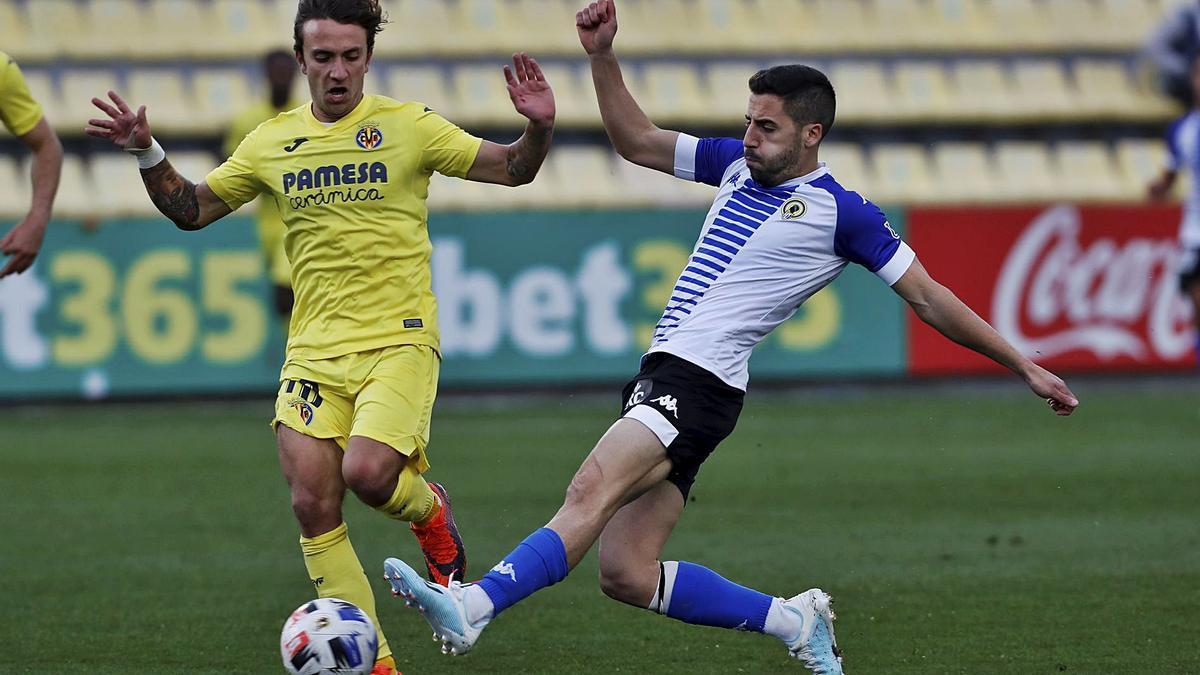La vuelta de Moyita en Villarreal, en disputa con Agüero, fue la única nota positiva del Hércules en el partido del sábado.   GABI UTIEL/MEDITERRÁNEO