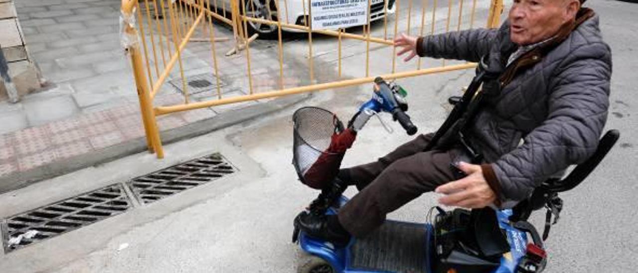 Los bordillos impiden el paso de las sillas de ruedas y la ciudad se convierte en una jungla.