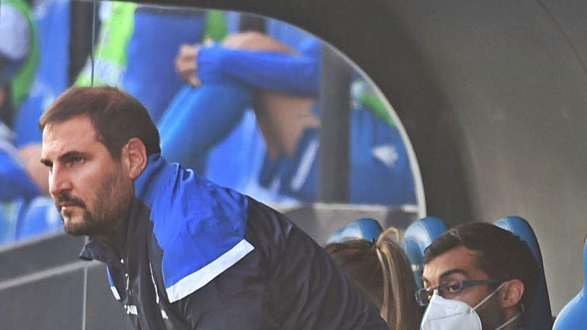 El técnico del Deportivo Abanca, Manu Sánchez, en el banquillo de Riazor durante el partido del domingo ante el Atlético.