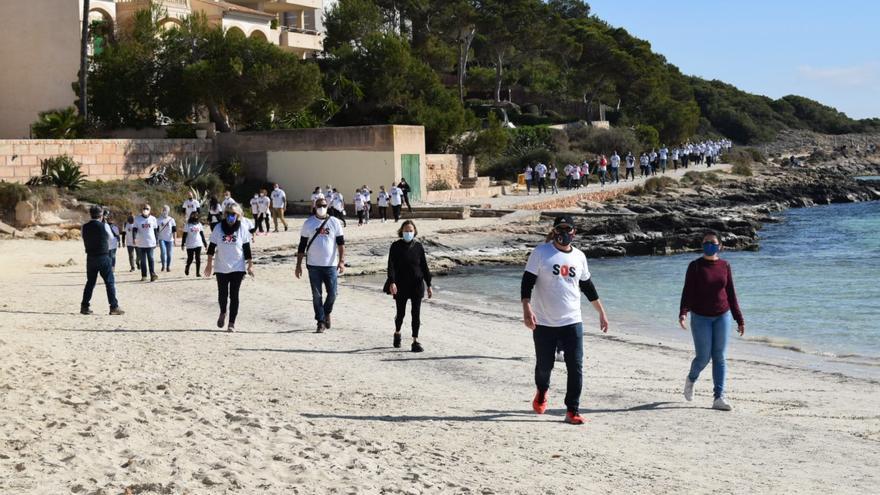 Manifestación del sector turístico de la Colònia de Sant Jordi: «Vacunación masiva ya, necesitamos trabajar»