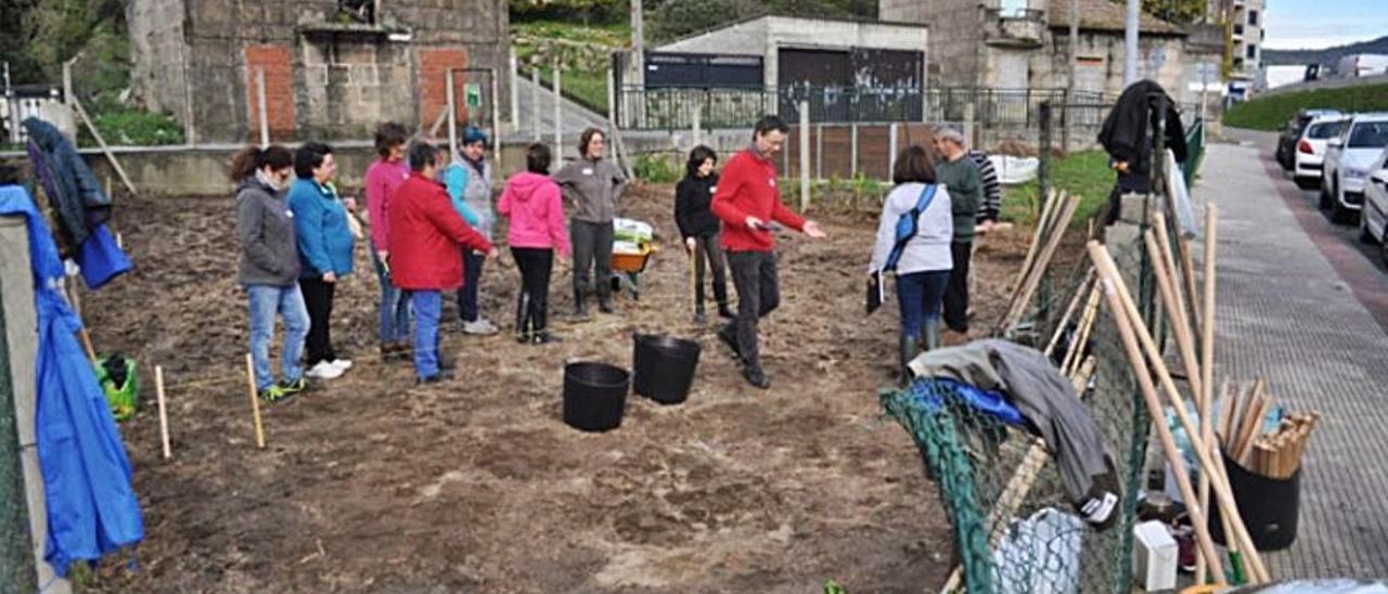 Usuarios de la Horta Urbana, en una actividad el curso pasado.     // G.S.