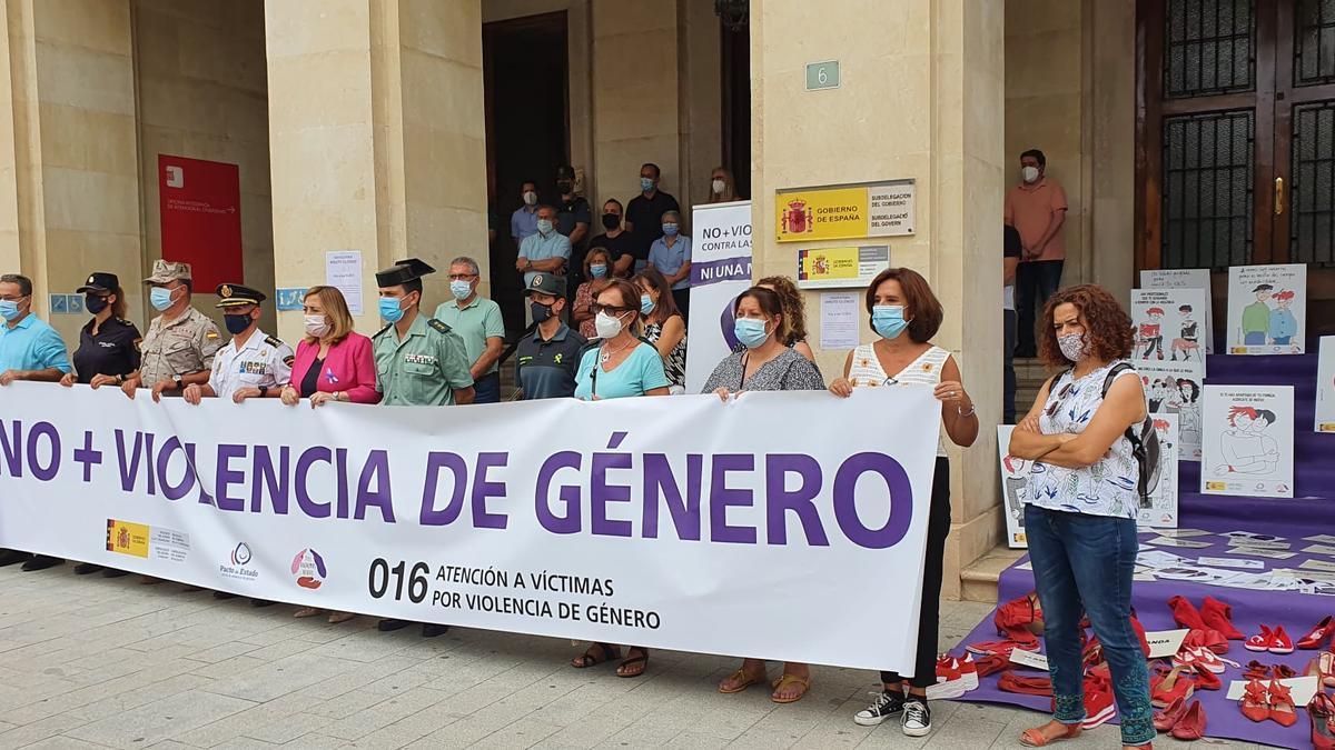 Concentración en repulsa por el crimen de La Vila frente a la subdelegación del Gobierno en Alicante.