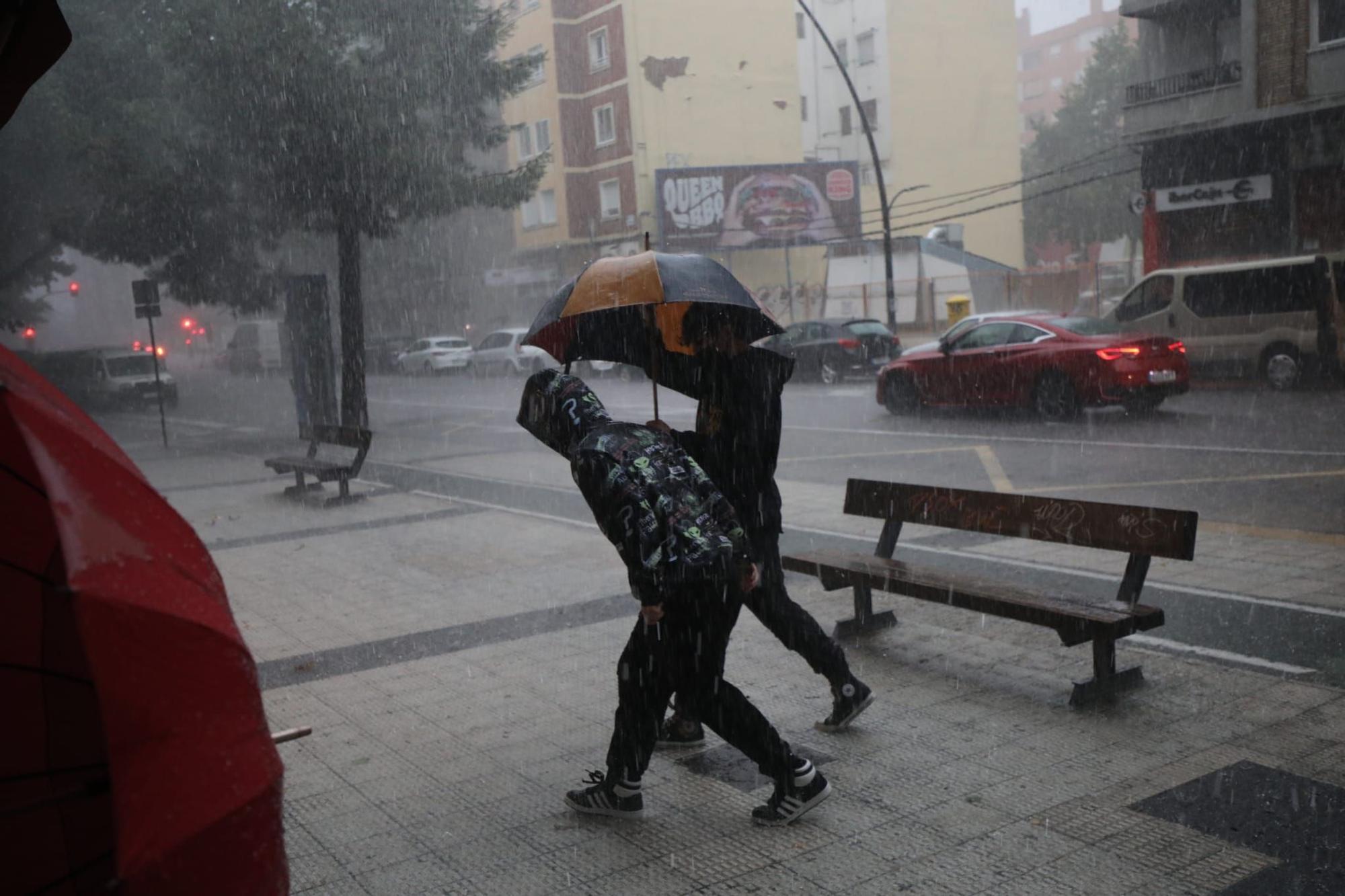 Viandantes en plena tormenta