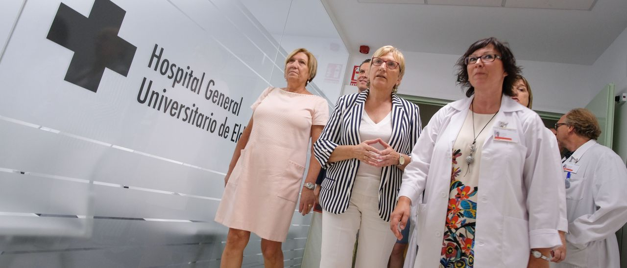 Imagen de archivo de la consellera de Sanidad y la gerente de Departamento de Salud de Elda en el hospital en agosto de 2018.