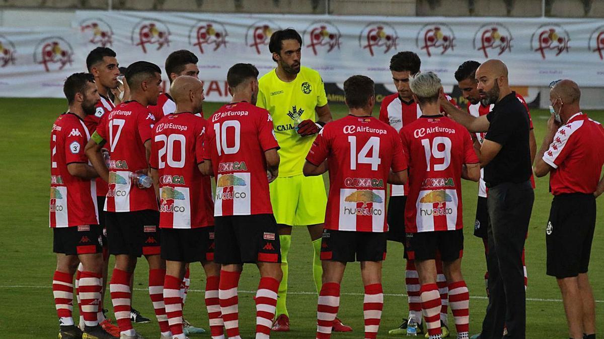Movilla da instrucciones a sus jugadores antes del partido frente al Numancia B de play-off. | J. L. F.