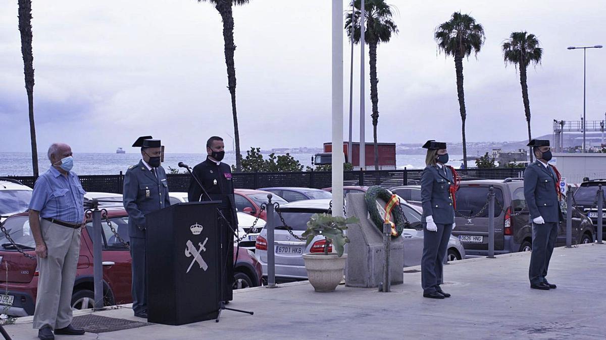 El coronel jefe Vicente Reig, a la izquierda en el centro, durante su intervención, ayer.   G.C.