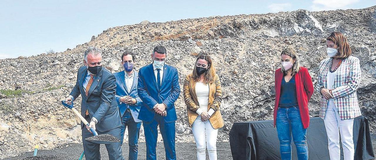 El presidente de Canarias con la pala en la colocación de la primera piedra del centro sociosanitario para mayores y de día