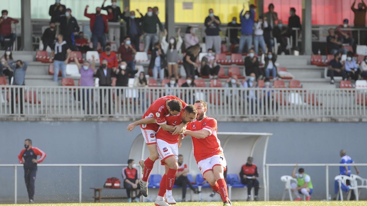 Brais Calvo y Vicente celebran un gol de Carabán en el Novo Municipal