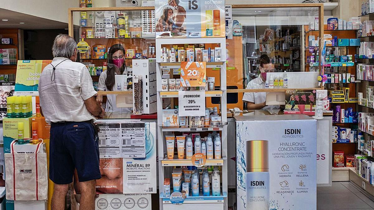 Un usuario compra medicamentos en una farmacia.   Emilio Fraile